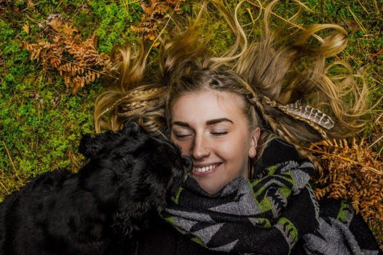 perro y dueña felicessobre cesped