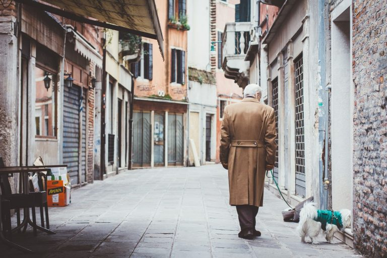 Persona mayor paseando a su mascota